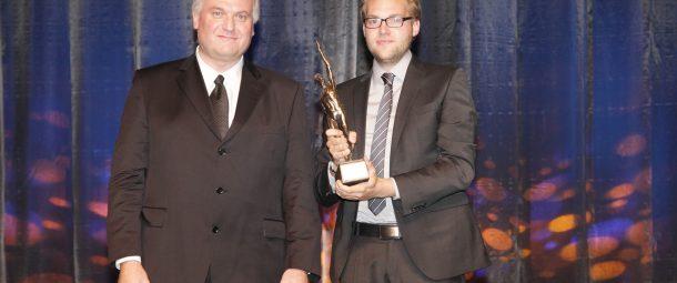 Ulrich Gerlinger und Friedrich Gerlinger bekommen die Preisträgerstatue des Großer Preis des Mittelstandes überreicht. (Foto: Boris Löffert)